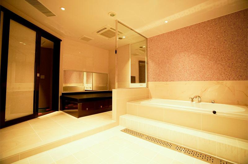 川崎人気ソープランド「グランローズ」の個室風景。白を基調にシンプルながらセンスが映えるおしゃれなスペースです。