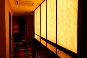 川崎ソープランド「グランローズ」の店内通路。照明を大胆に用いたデザイナーズ・ソープランド。